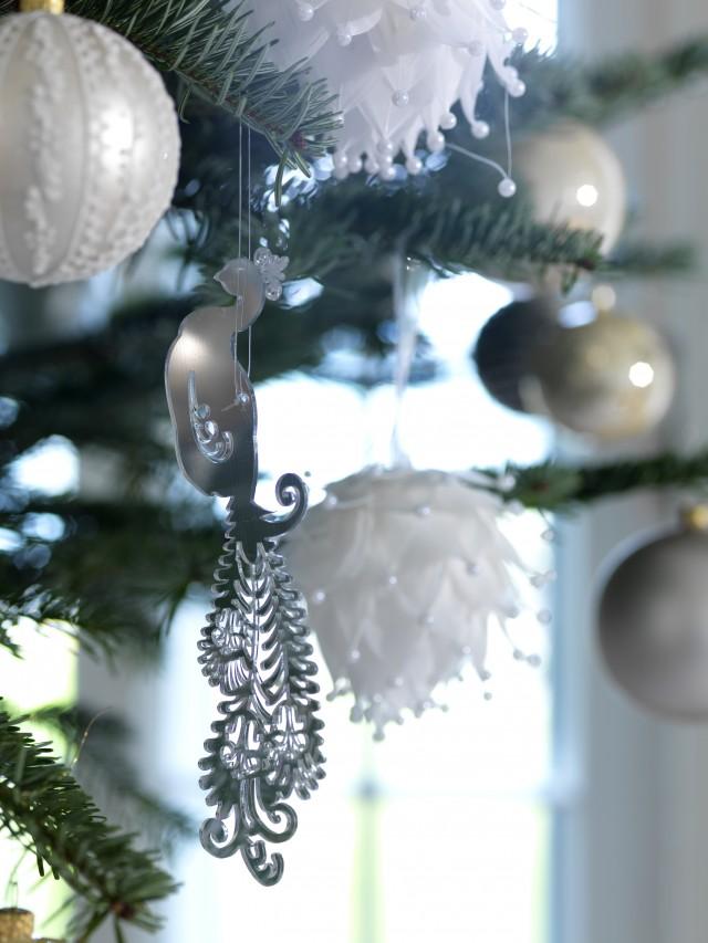 Weißer Weihnachtsbaum mit schwarzen Akzenten
