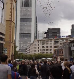 Im Frankfurter Bankenviertel regnet es Geld.