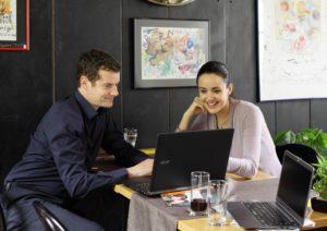 Arbeitsort Café: Fabian Grolimund bei einer Besprechung mit Stefanie Rietzler.