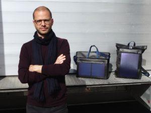 Silvio Trionfini mit Solartasche und Solarrucksack, die in einer Sattlerei in Trimbach produziert werden.