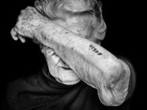 Holocaust-Überlebende mit tätowierter Nummer: Ein Bild, das eine Geschichte erzählt und international ausgezeichnet wurde.