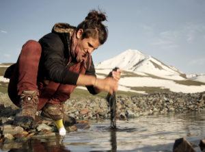 Gwendolin beim Waschen auf über 3000 Metern in Kirgistan.