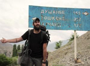 Patrick beim Autostopp auf dem Weg von Duschambe nach Tashkent.