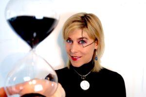 Anna Jelen teilt sich die Zeit mit Sanduhren ein und erinnert sich mit 40 tickenden Uhren an die Vergänglichkeit.
