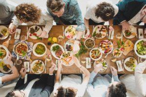 Fast schon persische Essgewohnheiten: Das Felfel-Team geniesst am langen Holztisch das Essen.