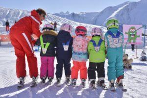 Mit spielerischen Ansätzen weckt Sabine Haldemann bei den Kleinsten die Freude am Skifahren. Foto: Skischule Bettmeralp/rawphoto.ch