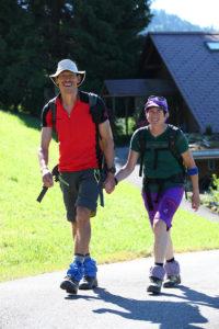 Ein Bild aus unbeschwerten Tagen: Matthias Brunner und Edith Locher beim Spazieren.