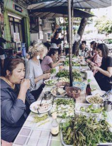 Auf Reisen will Damaso möglichst viel über lokale Gerichte erfahren.