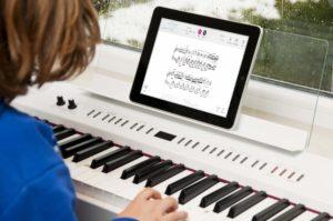 Tempo nach Wahl und auf Knopfdruck Orchesterbegleitung: Eine Pianistin übt mit der Tomplay-App.