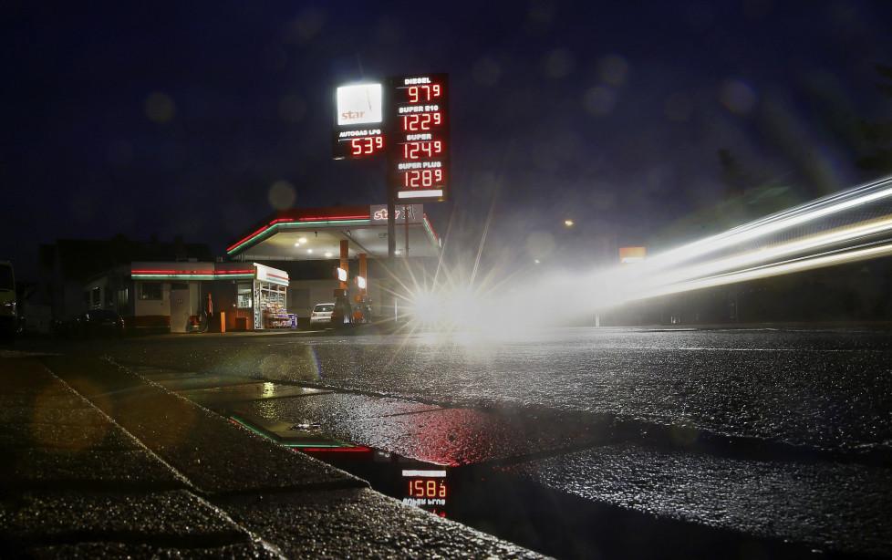 Ölaktien der grossen Konzerne: Steigen die Benzinpreise wieder, werden Anleger profitieren. Foto: Reuters