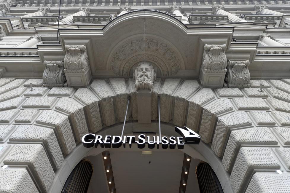 Das Logo der Credit Suisse am Hauptsitz der Grossbank am Zuercher Paradeplatz am Mittwoch, 21. Oktober 2015. (KEYSTONE/Walter Bieri)