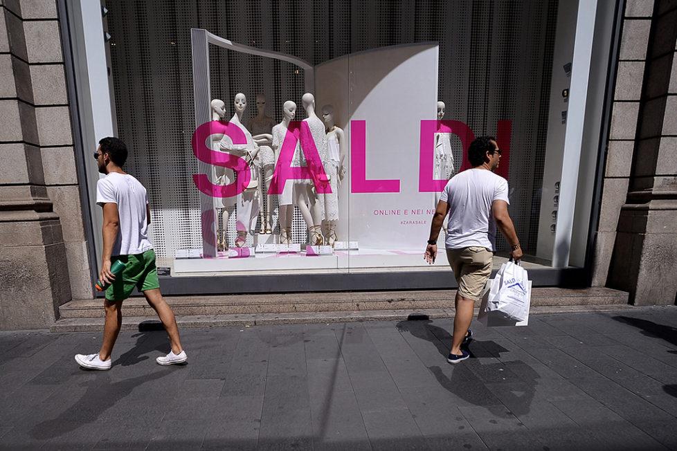 Einkaufsstrasse Via del Corso in Rom: Die Stimmung bei den Konsumenten hat sich im August weiter abgeschwächt. Foto: AFP