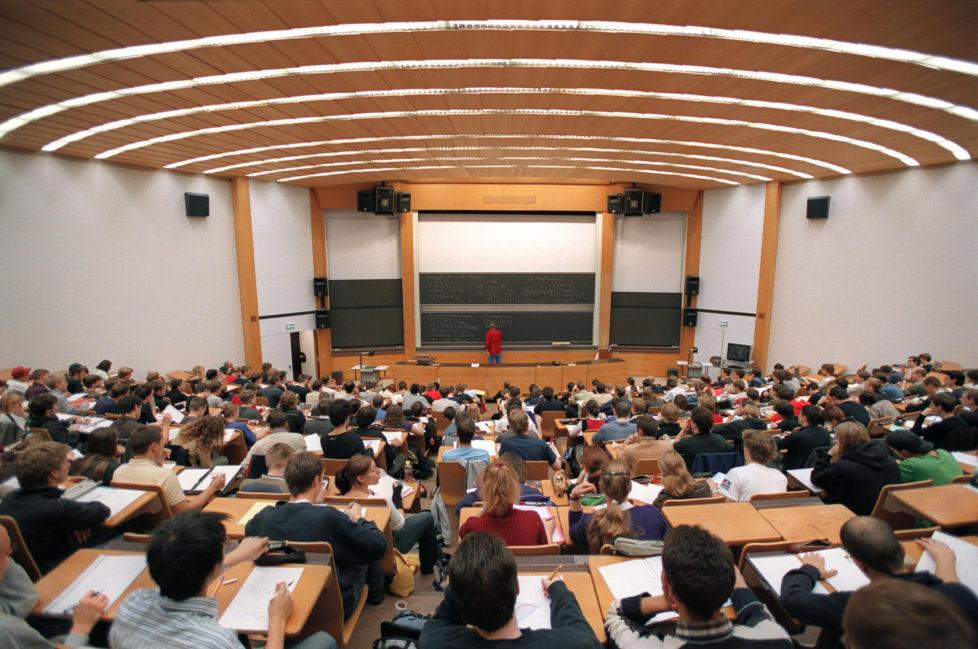 Studenten an der Universität Zürich: Es gibt je nach Kanton beträchtliche Unterschiede bei Stipendienvergabe. Foto: Gaetan Bally/Keystone