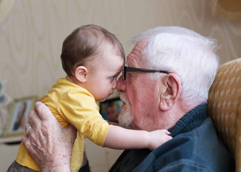 Sparen für die Enkelin: Bei einem langen Anlagehorizont fallen Kursschwankungen kaum mehr ins Gewicht. Foto: Getty
