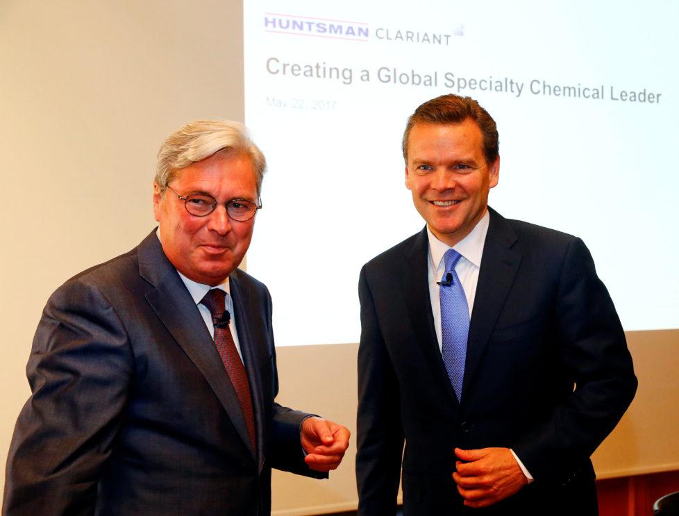 Die Konzern-Chefs verkünden die Fusion: Hariolf Kottmann (l.) vom Schweizer Pharmaunternehmen Clariant und Peter Huntsman, Präsident und CEO des US-Pharmariesen Huntsman. Foto: Arnd Wiegmann/Reuters