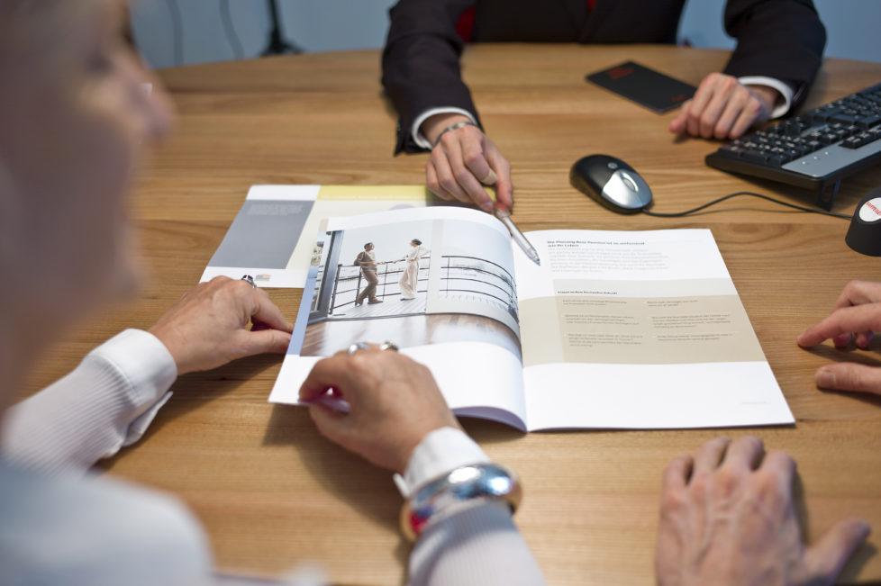 Beratung: Achten Sie bei den vorgeschlagenen Anlagen auf die Gebühren. Foto: Martin Rütschi/Keystone
