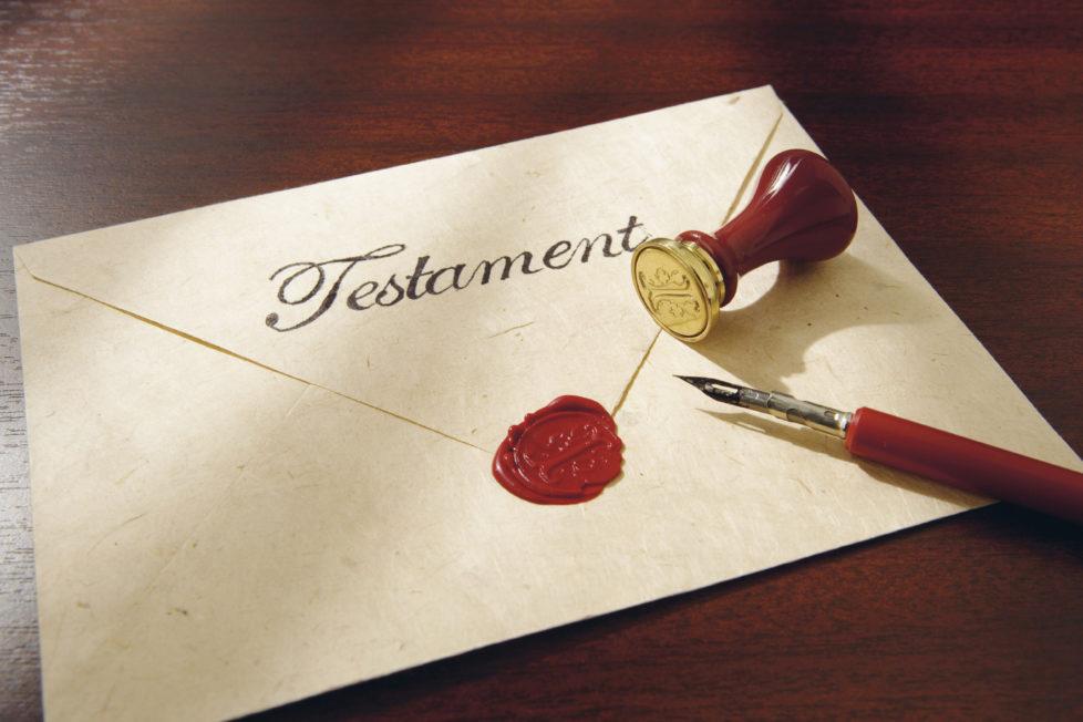 Ein bestehendes Testament muss handschriftlich geändert werden – andernfalls ist der Gang zum Notar empfohlen. Foto: Getty Images