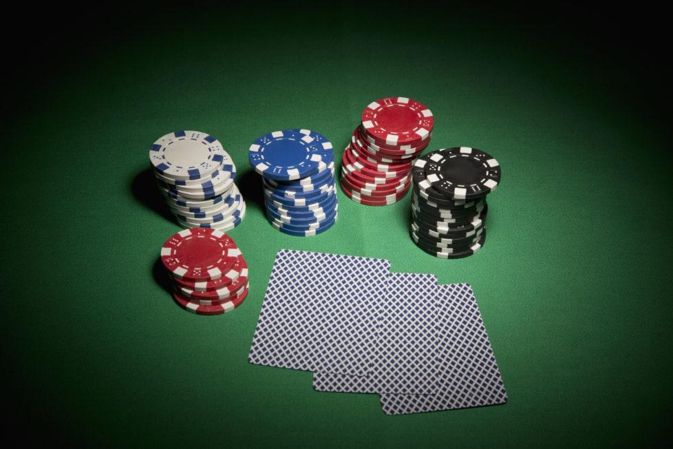 Damit man beim Mandat keine schlechte Karten hat: Ein schriftlicher Vertrag mit dem Vermögensverwalter ist zwingend. Foto: Getty Images