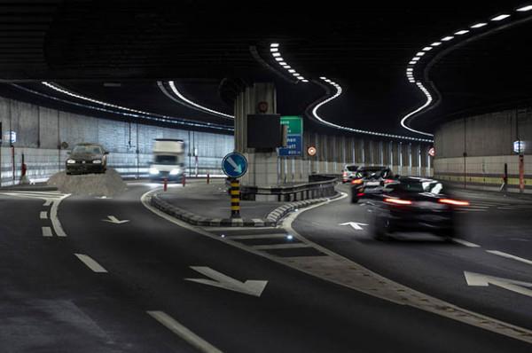 Verkehr im Gotthard Strassentunnel, in der Naehe des Nordportals, aufgenommen am 24. April 2013. (KEYSTOEN/Gaetan Bally)