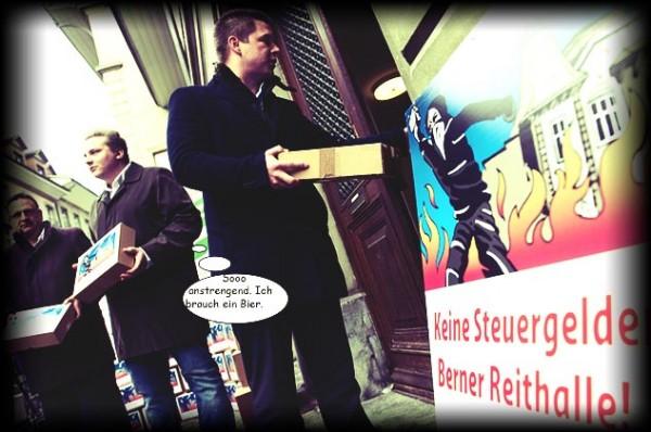 """Thomas Weil, Nils Fiechter, Erich Hess, Nationalrat, von links, Junge SVP Kanton Bern, uebergeben die 17'511 Unterschriften fuer die kantonale Volksinitiative """"Keine Steuergelder fuer Reithalle"""", am Freitag, 11. Maerz 2016, vor dem Rathaus in Bern. (KEYSTONE/Marcel Bieri)"""