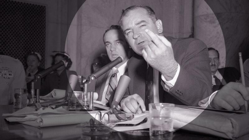 Senator Joseph McCarthy eröffnet eine Anhörung, sekundiert von seinem Bluthund Roy Cohn. Foto: Bettman Archive