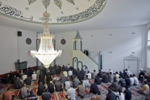 Muslime hören sich in Winterthur die Freitagspredigt an. (Keystone/Alessandro Della Bella)