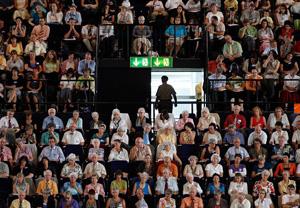 Scheinbar auswegslos: Zeugen Jehovas halten  im Hallenstadion in Zürich den Berzirkskongress 2009 (25. Juli 2009).(Keystone/Alessandro