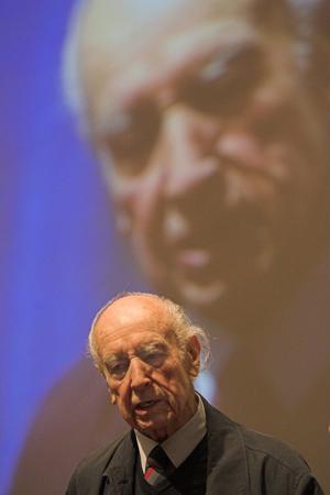 Gruss aus dem Fingerhut: Albert Hofmann 2006 im Kongresszentrum in Basel, zwei Tage nach seinem 100. Geburtstag. Foto: Patrick Straub (Keystone)