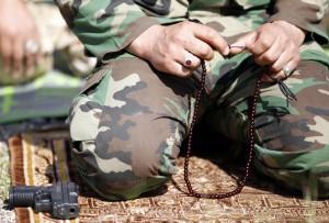 Ein shiitischer Kämpfer betet nördlich von Bagdad. Foto: Thaier Al-Sudani (Reuters)