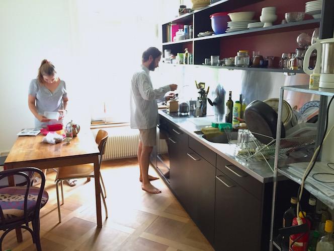 In der Küche im 1. Stock wird Kaffee gemahlen