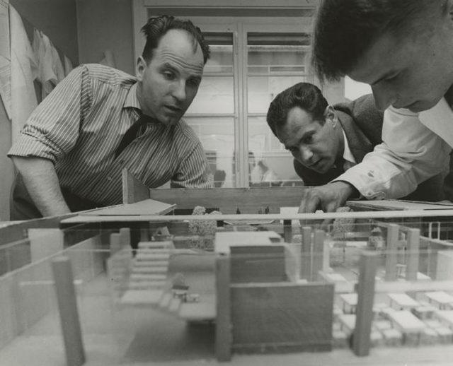 Max Schlup mit dem Arbeitsmodell des Farelhauses © Christian Staub / Sammlung Fotostiftung Schweiz