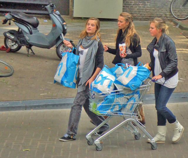 Shop till you drop: Holländische Jugendliche nach einer erfolgreichen Shopping-Tour. (Flickr/meiburgin)