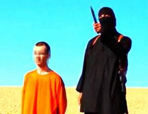 Nicht nur für Kinder unerklärbar: Der Brite David Haines (l.) kurz vor seiner Enthauptung durch die Hand des Islamischen Staates. Foto: Keystone