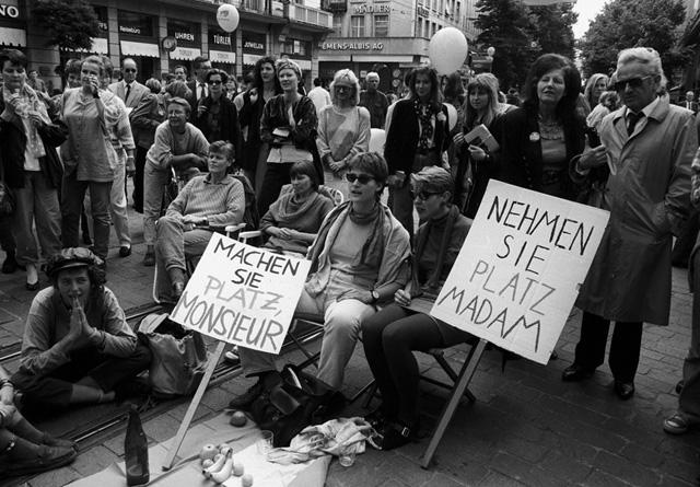 FEMINISMUS, EMANZIPATION, FRAUENDEMONSTRATION, FRAUENBEWEGUNG, FRAUENSTREIKTAG, MENSCHENMASSE, TRANSPARENT, ZYTGLOGGETURM