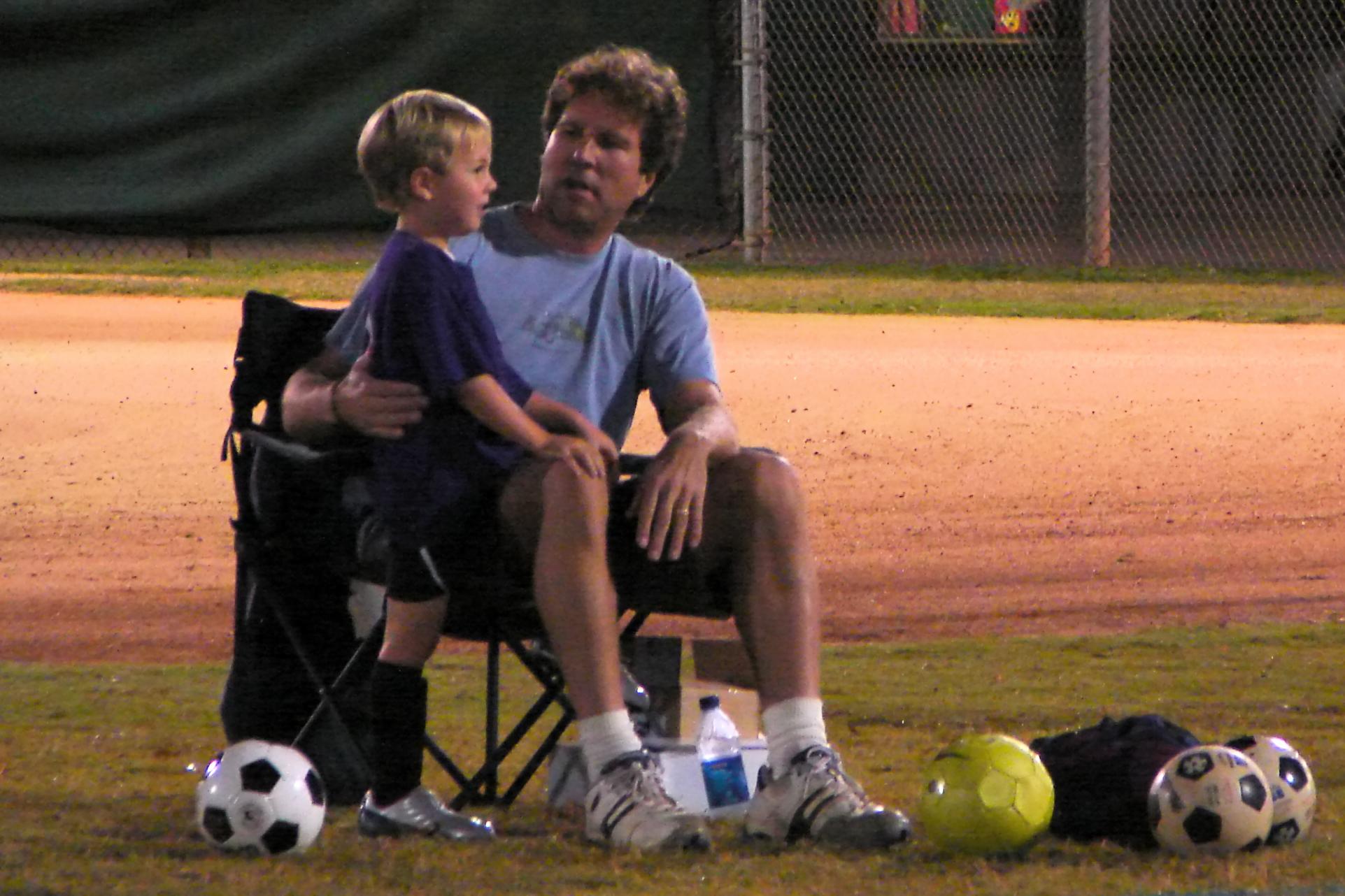 Daddy weiss, wies geht: Vater und Sohn am Spielfeldrand. Foto: popofatticus (Flickr)
