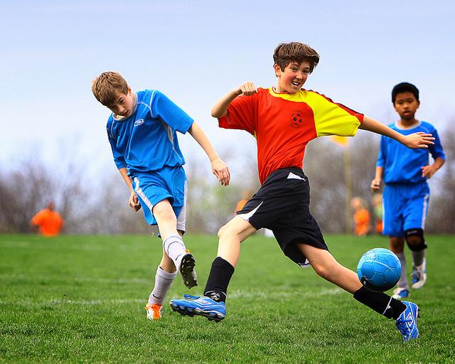Bitte lächeln: Teenager auf dem Fussballplatz. Foto: ·tlc∙ (Flickr)