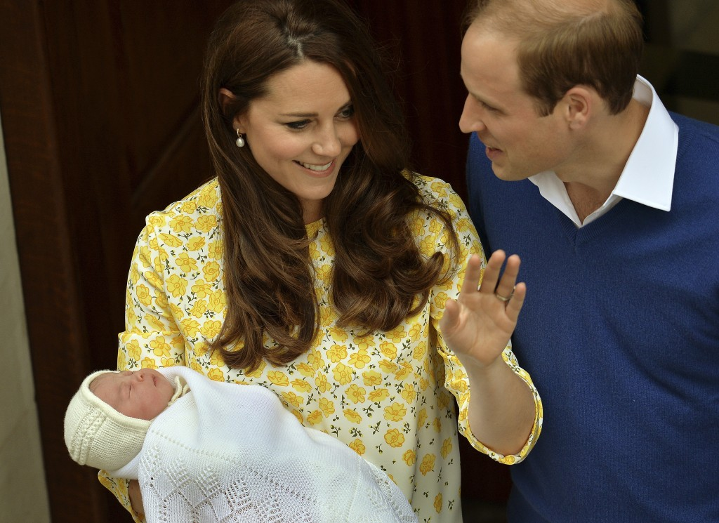 Keine Schonzeit: Herzogin Kate trägt ihre Tochter Charlotte nur Stunden nach der Geburt in die Öffentlichkeit. Foto: John Stillwell (Reuters)