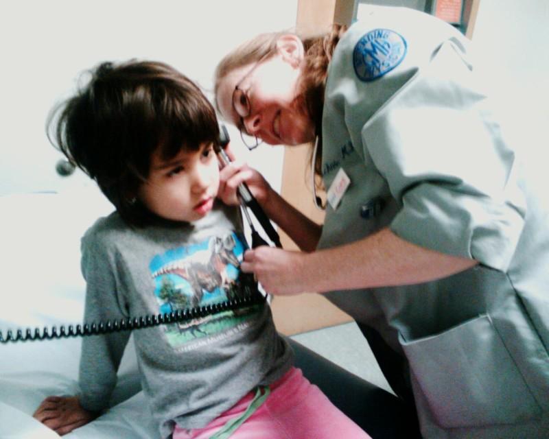 Dank Internetrecherche kann man die richtigen Fragen stellen: Eine Kinderärztin untersucht ein Ohr. Foto: Eden, Janine and Jim (Flickr)