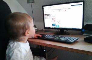 Irgendwann können sie ja selber googeln: Der Brecht am PC.