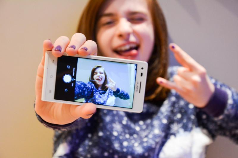 Ein Selfie kommt selten allein: Teenagerin teilt ein Selbstporträt via Smartphone. Foto: Ellen De Vos (Flickr)