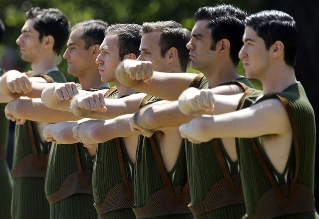 Wer hat das Zeug zum guten Vater? Griechische Tänzer bei der Eröffnungszeremonie zum olympischen Fackellauf 2016. Foto: Yannis Behrakis (Reuters)