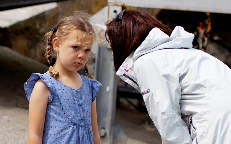 Theoretisch klingt alles schlüssig und einfach: Frau rügt Mädchen. Foto: Andrew Taylor (Flickr)