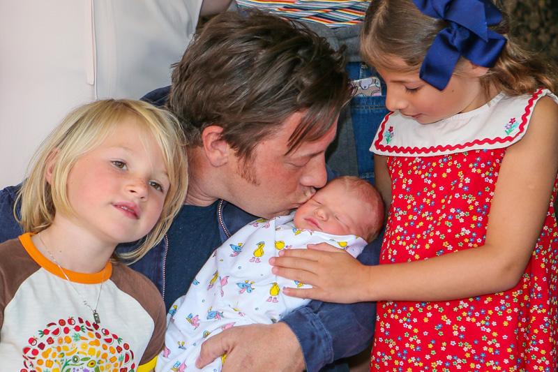 Stolzer Vater: Jamie Oliver mit Nachwuchs. Foto: Getty Images