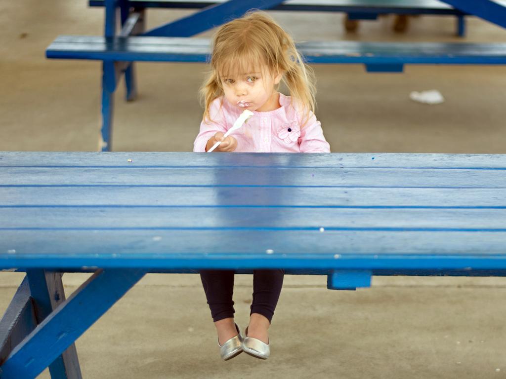 Wo sind all die Gleichaltrigen? Mädchen beim Glaceschmaus. Foto: Donnie Ray Jones (Flickr)