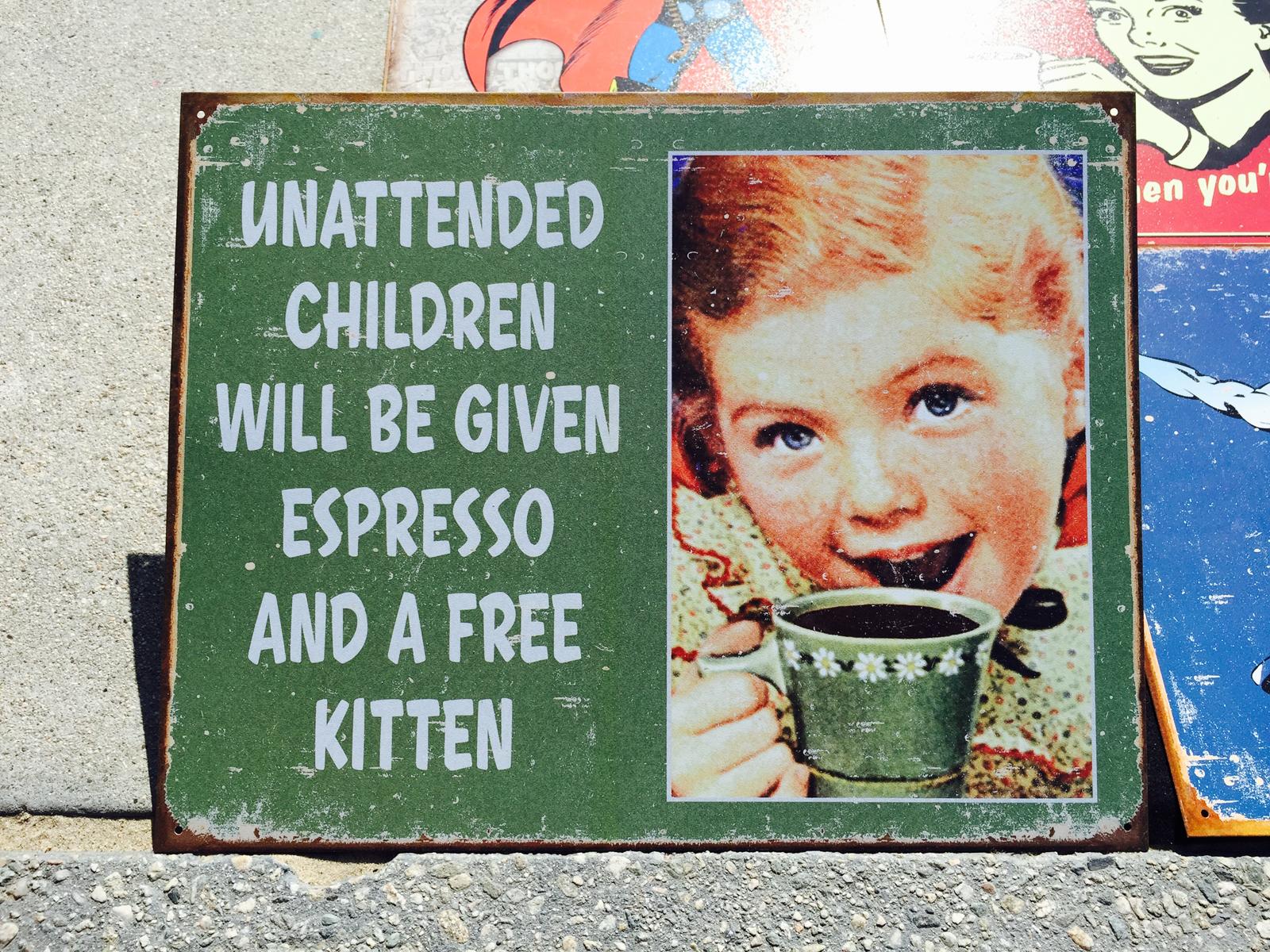 In Amerika bekommen unbeaufsichtigte Kinder einen Espresso und ein Katzenjunges dazu. Die Aufschrift stimmt natürlich nicht – aber das Abenteuer unsere Papabloggers wird grossartig. Foto: Ronaldo Dieziger