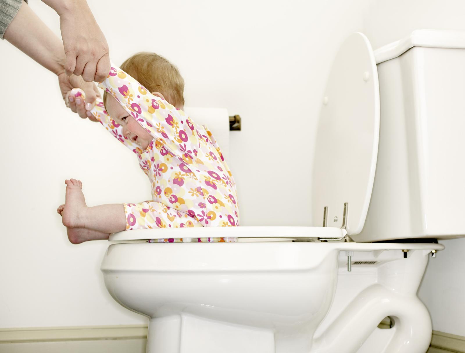 Eltern müssen windelfreie Kinder gut unterstützen: Ein Baby auf dem WC. Foto: Getty Images