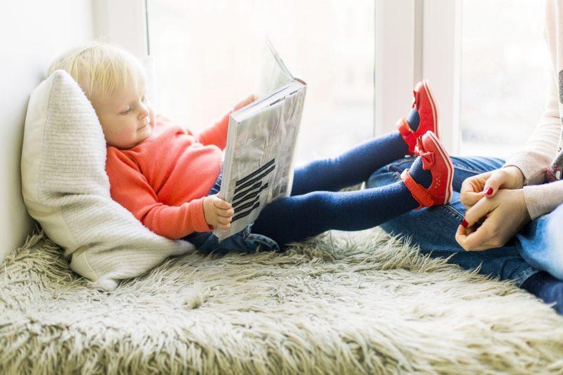Experten raten, die Ankunft eines Geschwisterchens kleinen Kindern etwa mithilfe von Bilderbüchern mitzuteilen. Foto: Daria Shevtsova (Pexels)