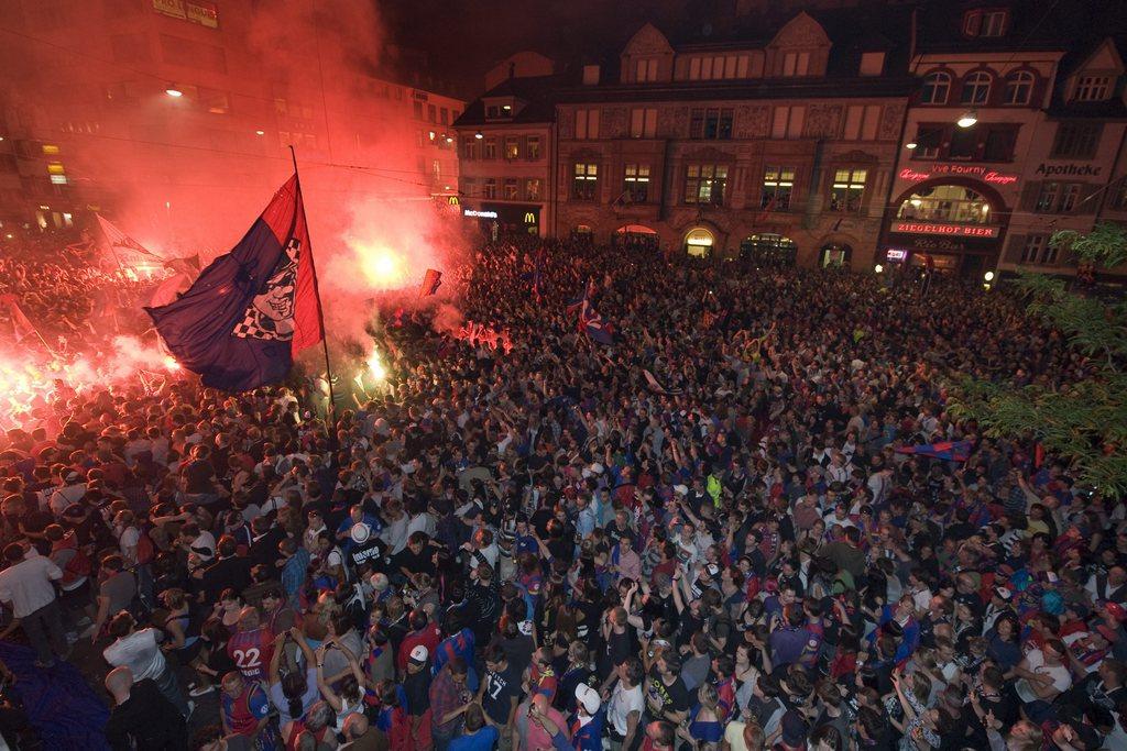 Die Fans besammeln sich zur Meisterfeier des FC Basel auf dem Barfuesserplatz in Basel in der Nacht vom Mittwoch, 25. Mai 2011. (KEYSTONE/Georgios Kefalas)