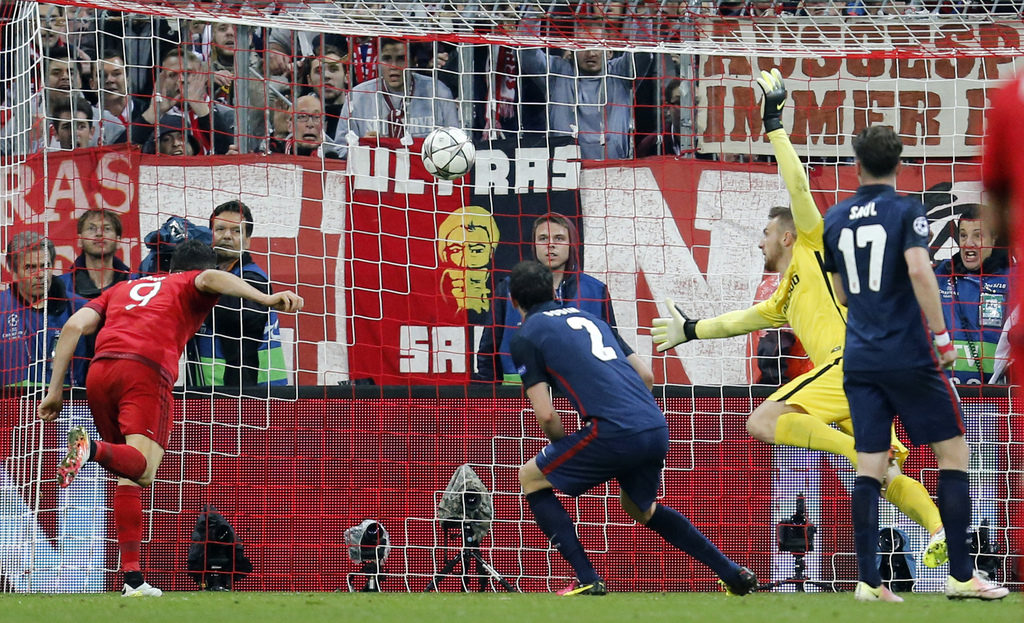 Bayern's Robert Lewandowski, left, scores his side's second goal during the Champions League second leg semifinal soccer match between Bayern Munich and Atletico de Madrid in Munich, Germany, Tuesday, May 3, 2016. (AP Photo/Michael Probst)