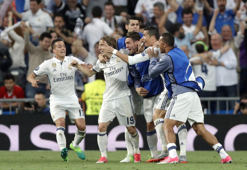 Die Spieler jubeln zu unrecht: Real Madrid nach dem zweiten Treffer von Cristiano Ronaldo gegen Bayern München. Foto: Daniel Ochoa de Olza (AP Photo, Keystone)